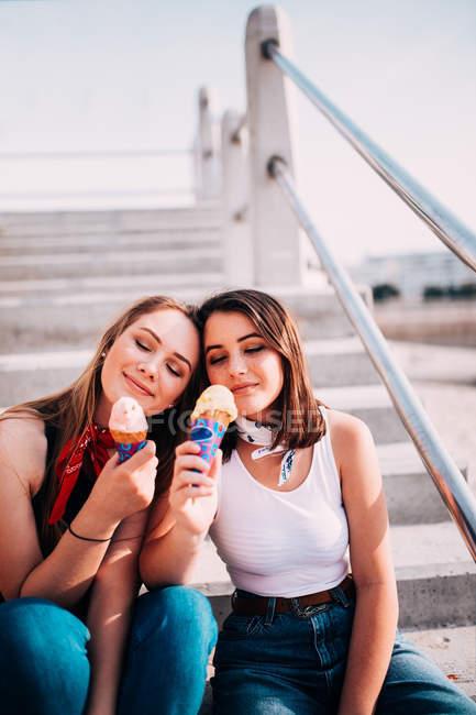 Amis manger des glaces — Photo de stock
