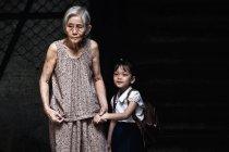 Écolière avec sa grand-mère — Photo de stock