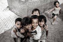 Philippinische Kinder zusammenstehen und Blick in die Kamera — Stockfoto