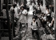 Philippines urban street with crowd of people — Stock Photo
