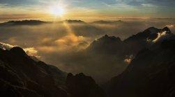 Vue des montagnes et des collines pendant le coucher du soleil — Photo de stock