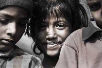 Tre ragazzi indiani che guarda l'obbiettivo — Foto stock
