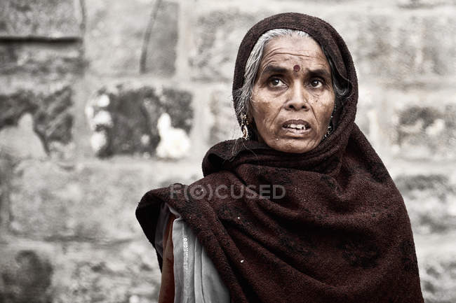 Mujer indígena en la ropa tradicional - foto de stock