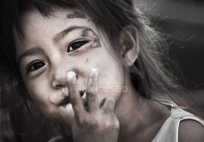 Камбоджійська дівчина показ світ увійти — стокове фото