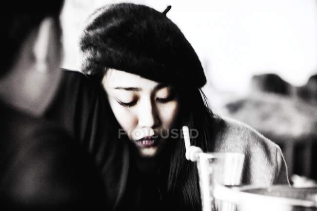Ritratto di ragazza vietnamita in cappello — Foto stock