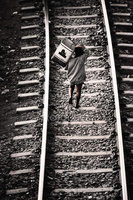 Camminare su rotaie con la scatola del ragazzo di Bangladesh — Foto stock