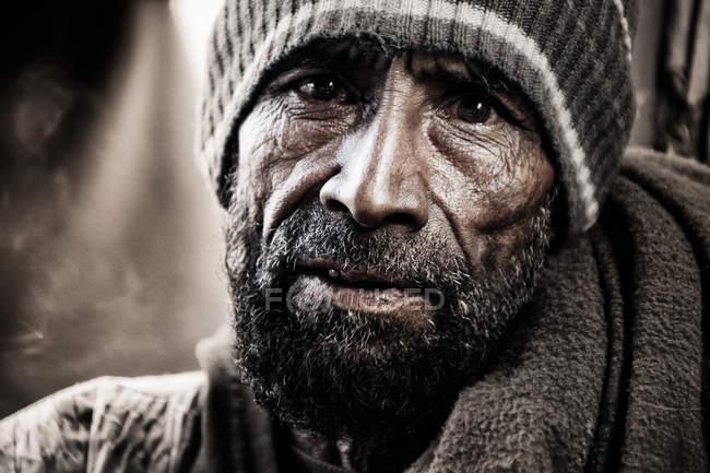 Uomo che guarda l'obbiettivo con la barba Bangladesh — Foto stock