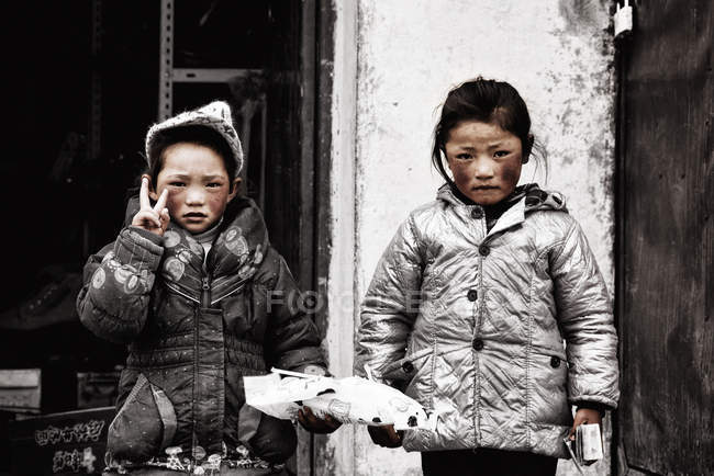 Chinese girls showing peace sign — Stock Photo