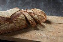 Pane fresco sul tagliere — Foto stock