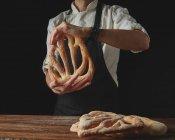 Pain boulanger holding — Photo de stock
