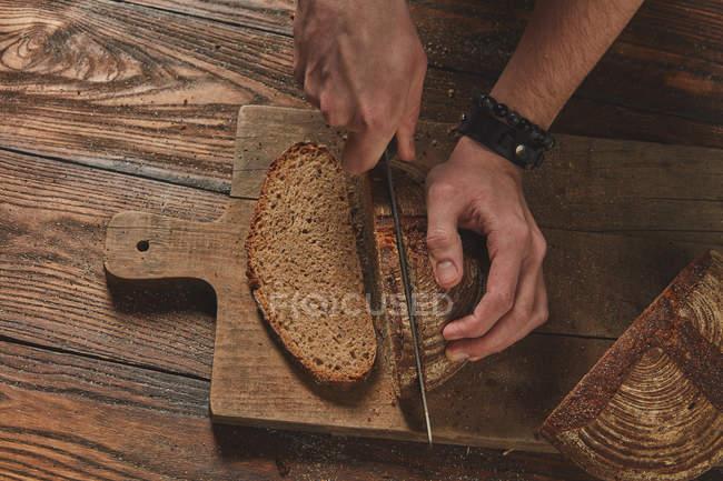 Panettiere taglio del pane — Foto stock