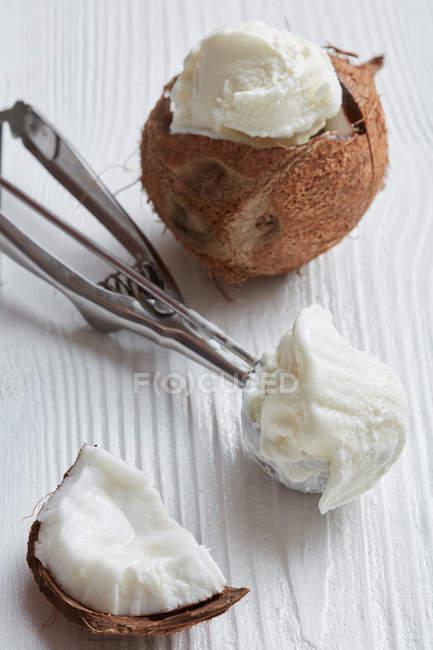 Ванильное мороженое в кокосовой — стоковое фото