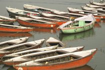 Boats on Ganges riverbank — Stock Photo
