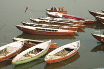 Boats and people on Ganges riverbank — Stock Photo