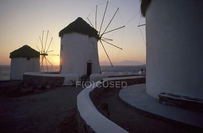 Ciudad de Mykonos, molinos de viento al atardecer - foto de stock