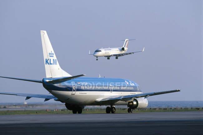 Aeroporto con aeroplani commerciali — Foto stock