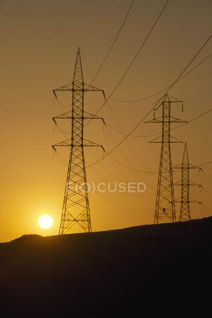 Линии электропередач на закате — стоковое фото