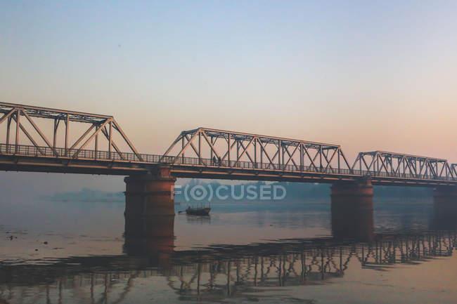 Ponte sul fiume e sulla barca — Foto stock