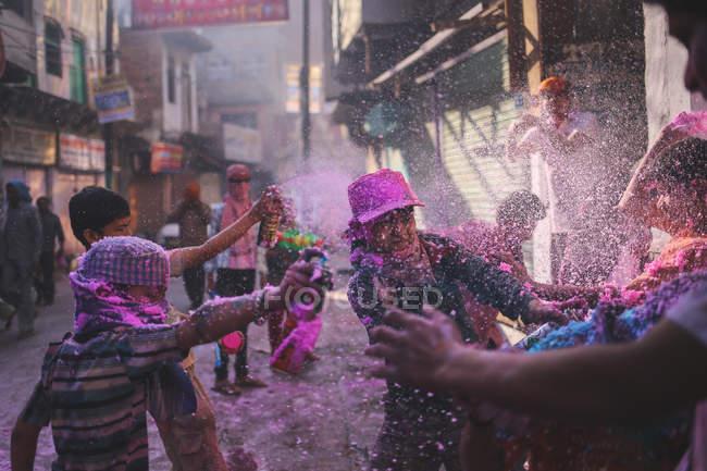 Festival Holi en el templo - foto de stock