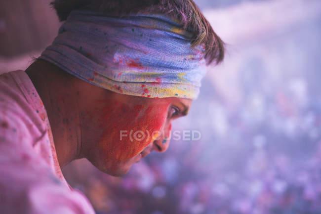 Man looks down at Holi celebrations — Stock Photo