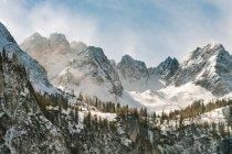Sommets montagneux couvert de neige — Photo de stock