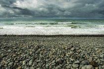 Vista della spiaggia con surf — Foto stock