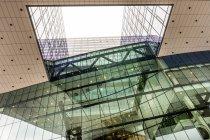 Фасады из современного бизнес-центра — стоковое фото