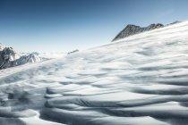 Verschneiten Hang in Bergen — Stockfoto