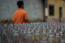 Ряды пустых стеклянных бутылок — стоковое фото
