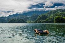 Женщина, расслабляющий на плавать кольцо — стоковое фото