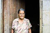 Frau im Eingang — Stockfoto