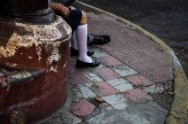 Люди, які сидять на тротуарі в Леон — стокове фото
