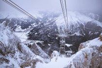 Berggipfel mit leichtem Schnee bedeckt — Stockfoto