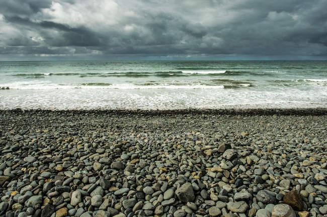 Vue du bord de mer avec surf — Photo de stock