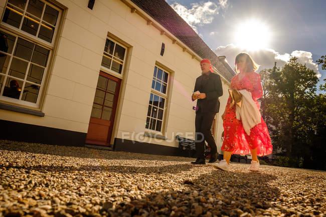 Uomo e donna che camminano per strada — Foto stock