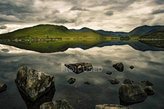 Lake reflecting Scottish highlands — Stock Photo