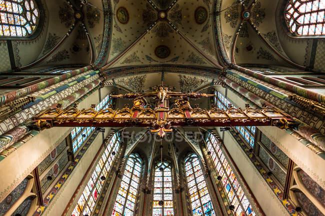 Богато окрашенные католическая церковь — стоковое фото
