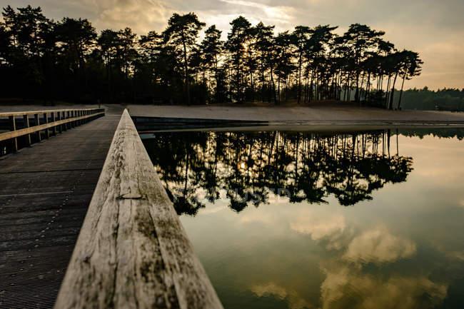 Hölzerne Dock zu See Insel Reflexionen — Stockfoto