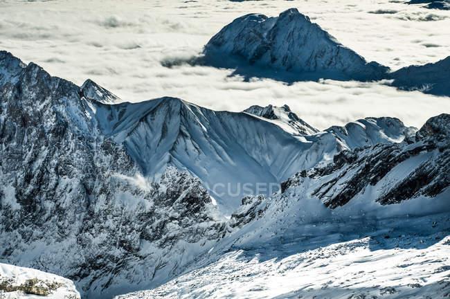 Berggipfel in der Wolkendecke — Stockfoto