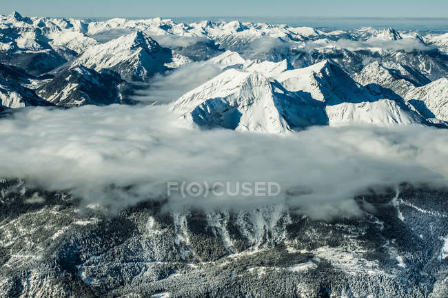 Mountain peaks in cloud cover — Stock Photo