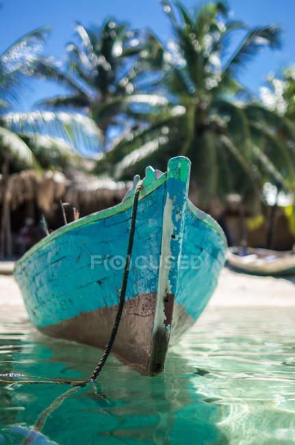 Holzboot vertäut am Strand — Stockfoto