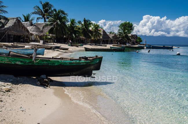 Дерев'яні човни, пришвартовані на пляжі — стокове фото