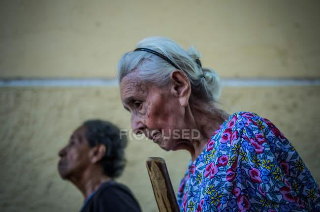 Senior women walking in Granada — Stock Photo