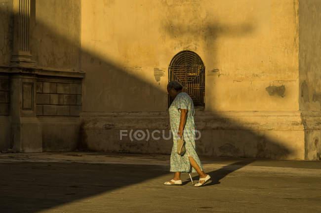 Mujer mayor caminando en Granada - foto de stock