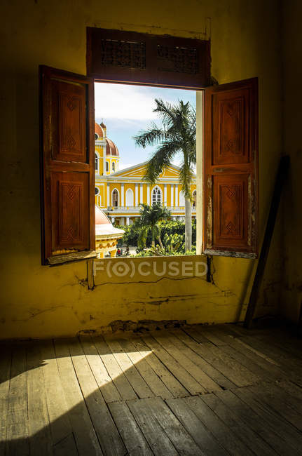 Alte Fensterläden aus Holz — Stockfoto