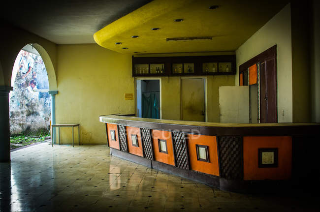 Bar in edificio abbandonato — Foto stock