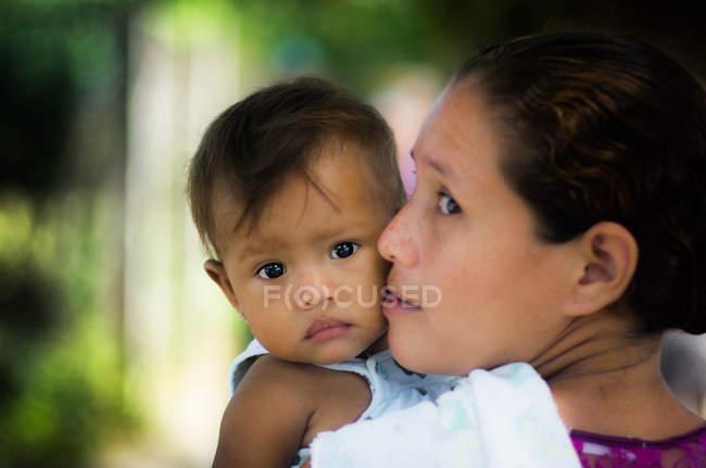 Bébé mignon avec mère — Photo de stock