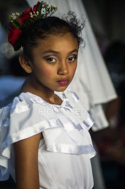 Retrato de menina em traje tradicional — Fotografia de Stock