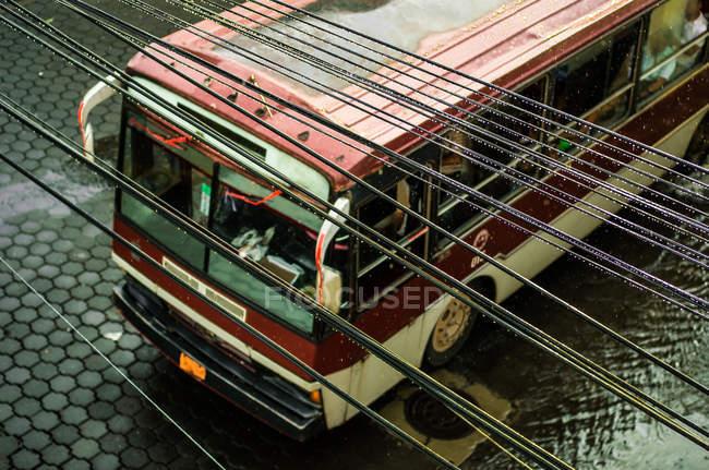 Antigo ônibus de turnê com fios elétricos — Fotografia de Stock
