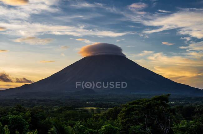Дим над вулкан в джунглі — стокове фото